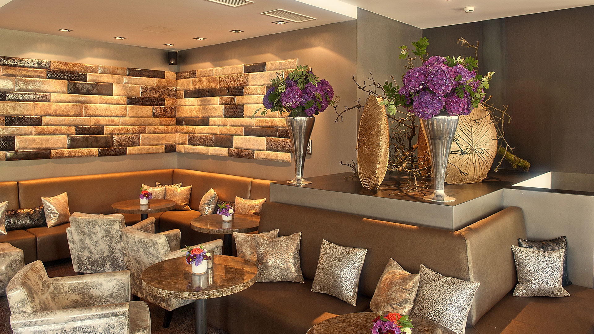 Bar & Smokers' Lounge